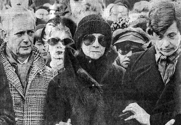 Hubert Janssen, Friso Wiegersma en Conny Stuart bij de uitvaart van Wim Sonneveld