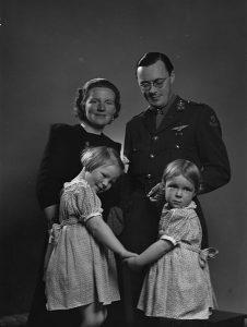 Juliana en Bernhard met Beatrix en Irene