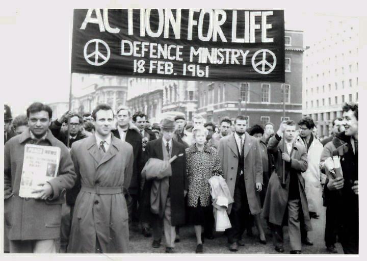 Bertrand en Edith Russell leiden een anti-nucleaire betoging in Londen, 1961