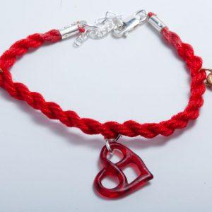Armband met rood epoxy hart en 2 bronzen oneindigheidstekens