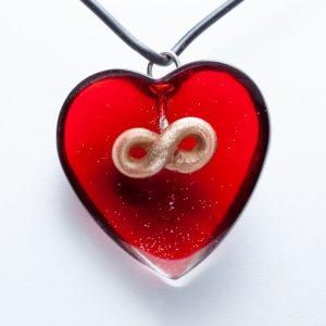 Hanger van rood epoxy hart met bronzen oneindigheidsteken