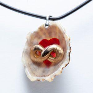 Polyamorie hanger schelp met hart en oneindigheidsteken
